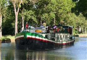 Cruising aboard the Bonheur in Burgundy